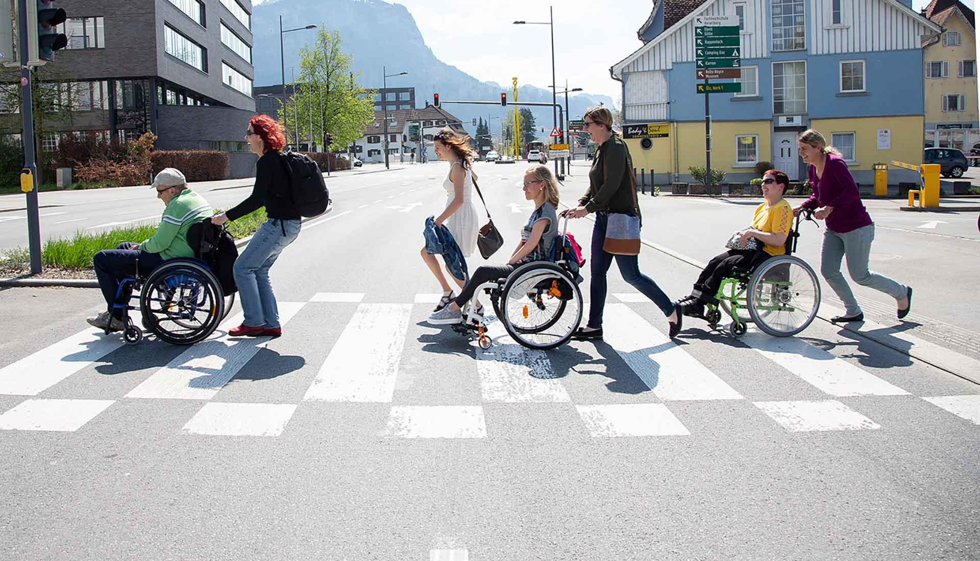 AssistenznehmerInnen auf einem Spaziergang mit AssistentInnen
